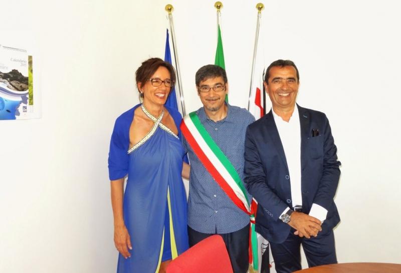 Il vicesindaco Sebastiano Sassu con gli sposi all'Asinara