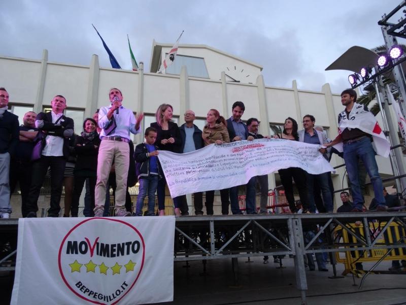 Wheeler, Alessandro Di Battista e i componenti del M5S Porto Torres (ph. Facebook gruppo Attivisti Turritani 5 stelle)